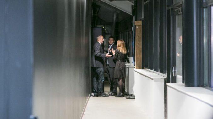 Manager E.Adgestein oraz A.Karlovich próbują namówić Magnusa, żeby pozostał na konferencji. Źródło: http://mattogpatt.no/