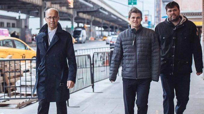 ojciec Magnusa, Henrik Carlsen oraz trener arcymistrz Peter Heine Nielsen dotrzymują towarzystwa Magnusowi w drodze na rundę.
