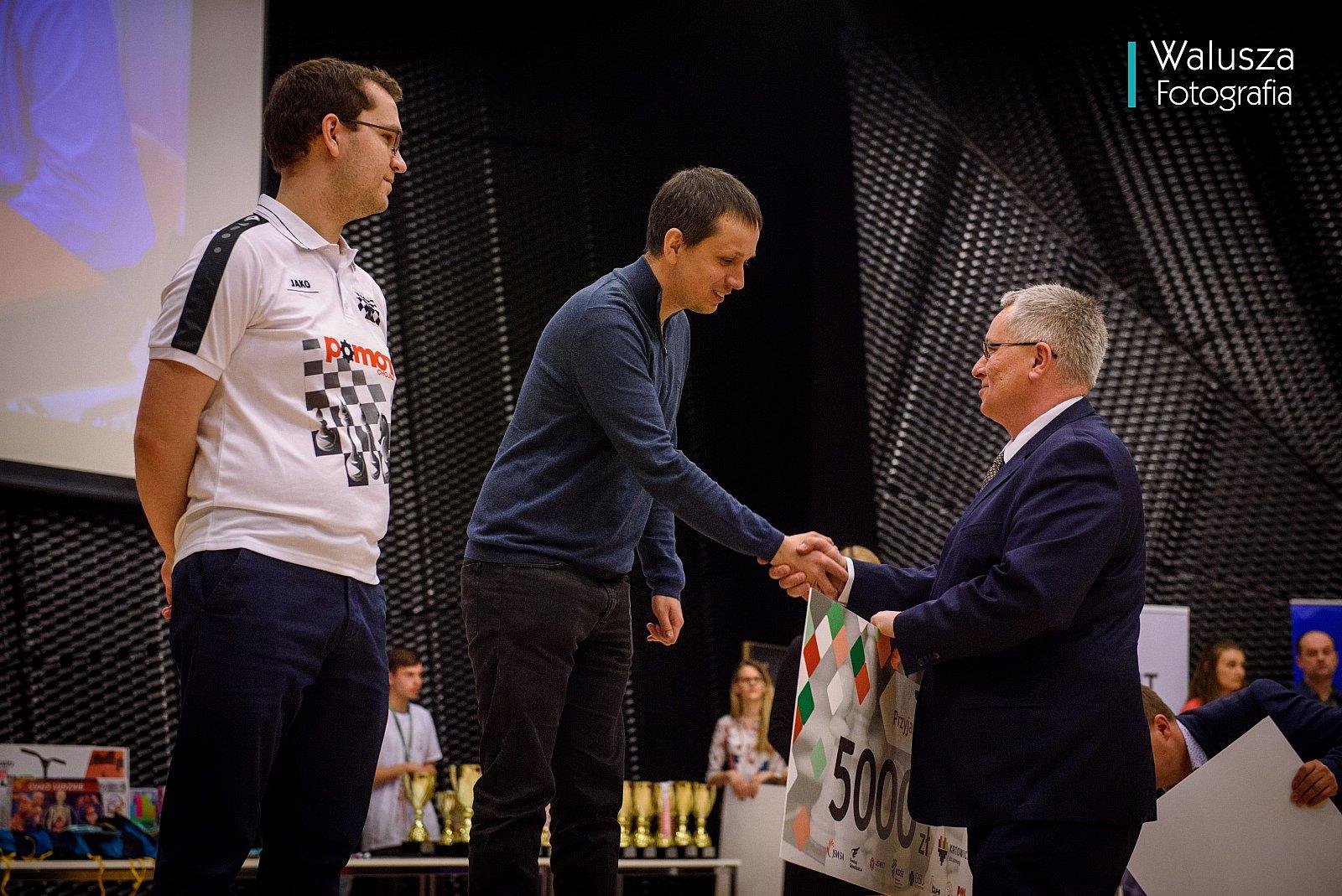 Radosław Wojtaszek odbiera czek za pierwsze miejsce.