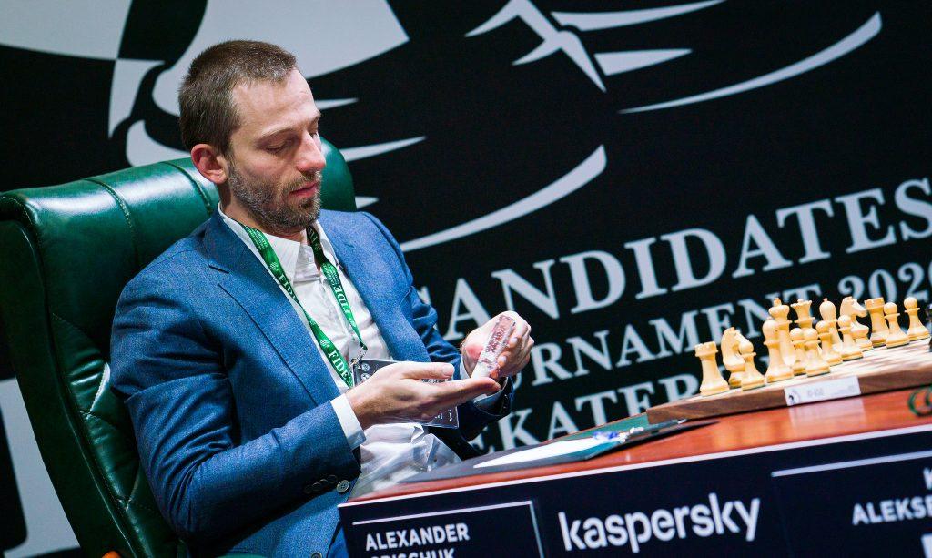 Alexander Grischuk wacha plyn do dezynfekcji Candidates 2020